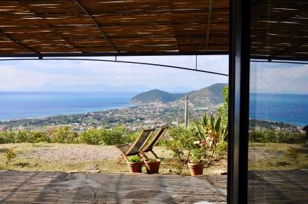 Blick vom Wohnraum Piacere auf Terrasse und Meer